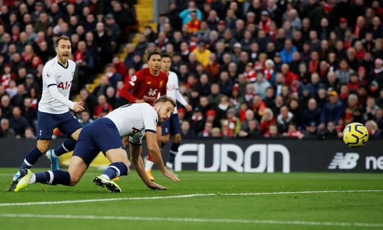 Kane bất ngờ giúp Tottenham vượt lên ngay phút đầu tiên. Ảnh: Reuters.