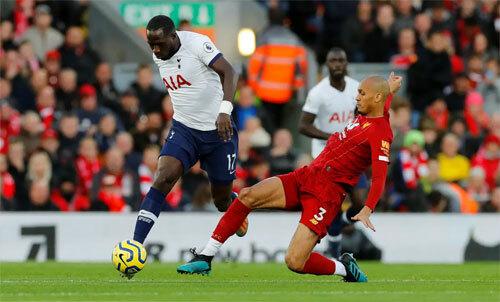 Fabinho (áo đỏ) là mẫu tiền vệ công thủ toàn diện. Ảnh: Reuters