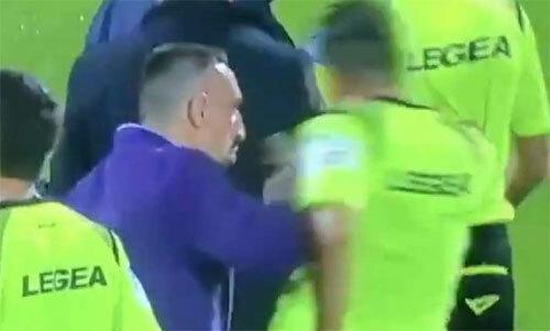 Ribery dùng tay nói chuyện với trợ lý trọng tài.
