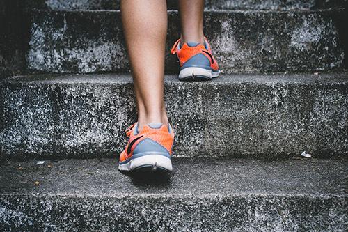 Lựa chọn giày phù hợp với mục tiêu chạy, kích cỡ chân.Ảnh: Unsplash.