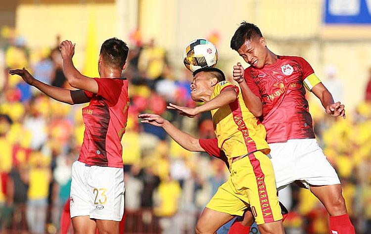 Sức trẻ của Phố Hiến (áo đỏ) không thể thắng được kinh nghiệm của Thanh Hoá (áo vàng) ở trận cầu quyết định. Ảnh: Lâm Thoả.