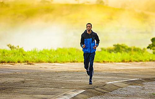 Giảm cường độ tập luyện giúp giữ sức trước cuộc chạy. Ảnh: Unsplash.