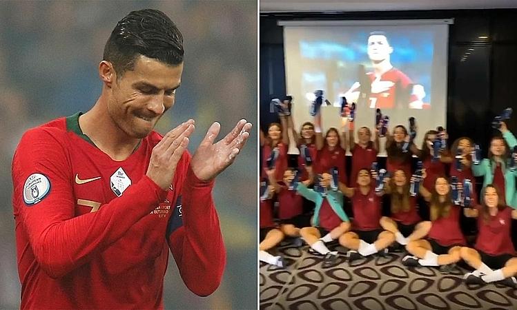 Đội U17 nữ Bồ Đào Nha hân hoan khoe những đôi giày được Ronaldo tặng. Ảnh: AP.
