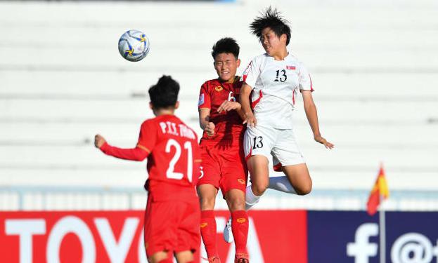 Triều Tiên (áo trắng) vượt trội so với Việt Nam. Ảnh: AFC.