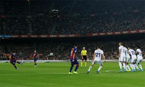 Hàng rào Valladolid không thể ngăn Messi nâng cao cách biệt. Ảnh: Reuters