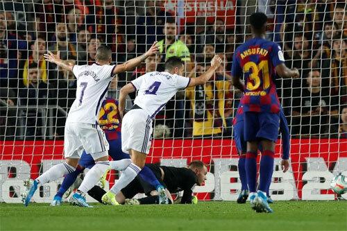 Valladolid bất ngờ có bàn gỡ từ cú đẩy bóng của Ter Stegen. Ảnh: Reuters
