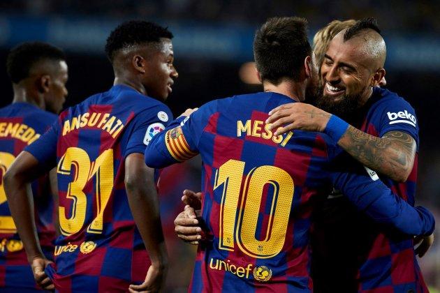 Vidal chia vui với Messi sau khi được đội trưởng dọn cỗ cho ghi bàn. Ảnh: EFE.