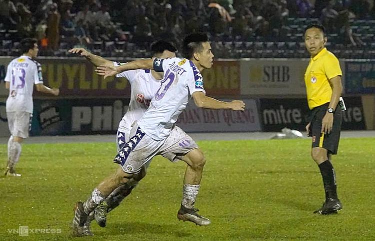 Văn Quyết toả sáng với một bàn thắng và một kiến tạo để đưa Hà Nội FC lần đầu đoạt Cup Quốc gia. Ảnh: Phạm Duy.
