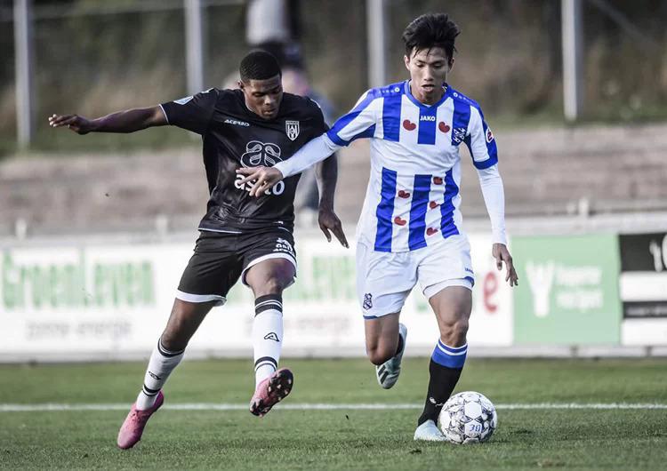 Văn Hậu (phải) thi đấu cho đội dự bị của Heerenveen. Ảnh: SCH.