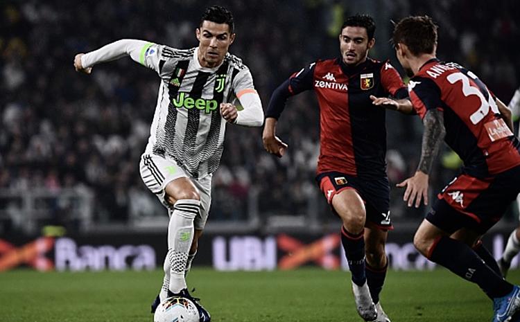 Ronaldo đột phá trong vòng vây các cầu thủ Genoa. Ảnh: Forza Italy.