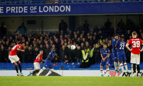 Ở vòng bốn, Rashford sút phạt đưa Man Utd vượt qua Chelsea. Ảnh: Reuters