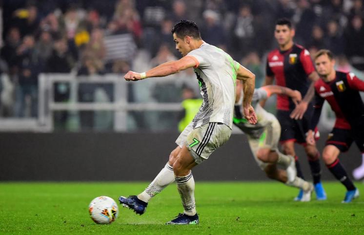 Quả đá phạt đền thành công của Ronaldo giúp Juventus thắng 2-1 ở phút bù giờ cuối cùng. Ảnh: Reuters.