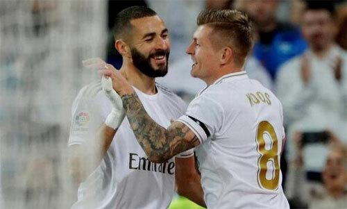 Benzema (trái) đang đóng vai trò chủ lực như Ronaldo ngày trước. Ảnh: Reuters