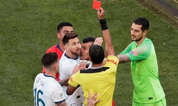 Messi lĩnh thẻ đỏ trong trận gặp Chile ở Copa America hồi đầu tháng Bảy. Ảnh: Reuters.