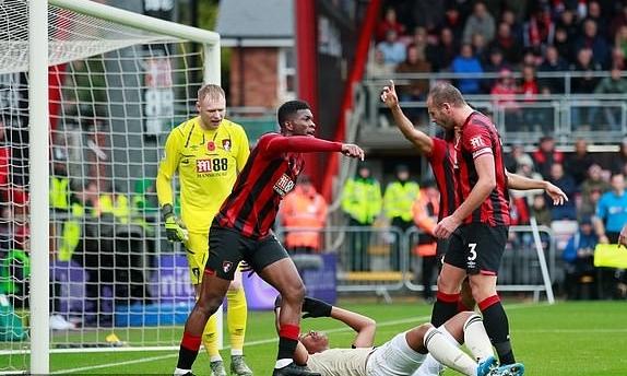 Martial (áo trắng) ngã trong cấm địa Bournemouth ở nửa cuối hiệp 1. Ảnh: Reuters.