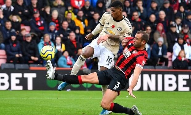 Rashford (áo sáng màu) tịt ngòi sau khi ghi bốn bàn trong bốn trận. Ảnh: Reuters.
