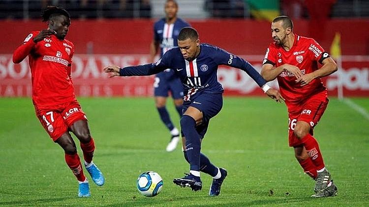 Mbappe (xanh) lập công nhưng PSG vẫn thất bại. Ảnh: AP.