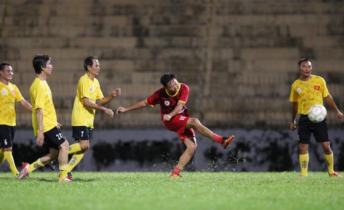 Cựu cầu thủ Thế hệ vàng đá bóng hướng về đồng bào vùng bão