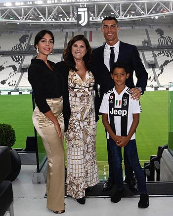 Bà Aveiro (giữa) trong ngày Ronaldo ra mắt Juventus. Ảnh: Sun.