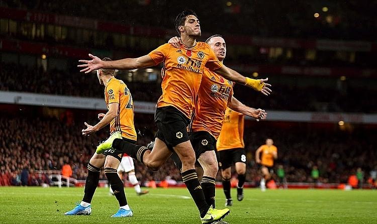 Các cầu thủ Wolves mừng bàn gỡ hoà vào lưới Arsenal. Ảnh: PA.