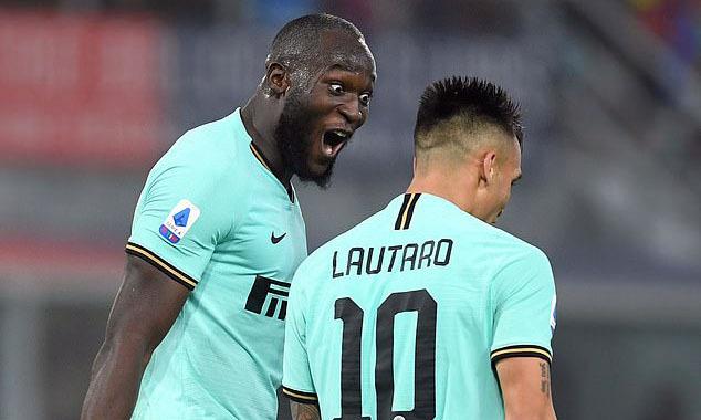 Lukaku (trái) chơi ăn ý với Lautaro Martinez trên hàng công Inter. Ảnh: Reuters.