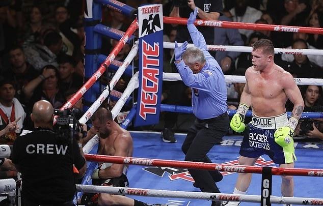 Canelo (phải) thắng knock-out đối thủ. Ảnh: AP.