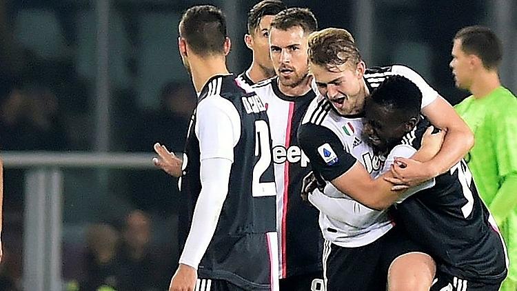 De Ligt (tóc vàng) mừng bàn thắng duy nhất của trận đấu. Ảnh: Reuters.