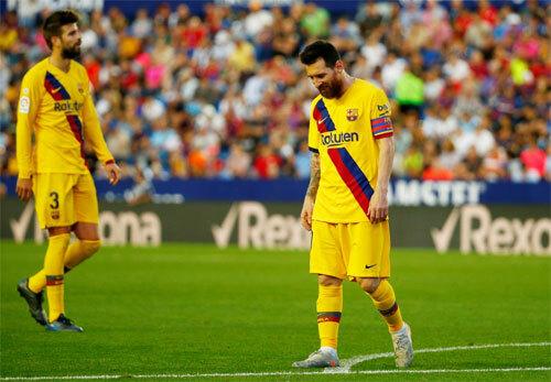 Barca rơi vào tình trạng công làm thủ phá. Ảnh: Reuters