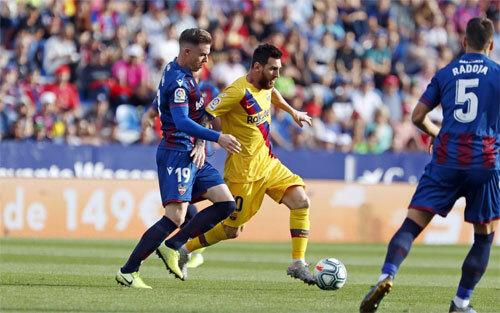 Barca sớm gặp khó khăn trên sân Ciutat de Valencia. Ảnh: FCB