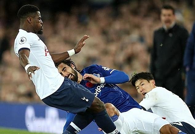 Pha bóng dẫn đến chấn thương của Gomes (xanh). Ảnh: BPI.