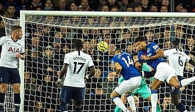 Tosun (số 14) gỡ hòa cho Everton ở phút cuối. Ảnh: EPA.