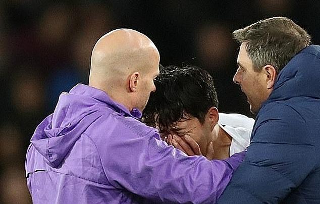 Son (giữa) không ngừng khóc dù được ban huấn luyện Tottenham động viên. Ảnh: BPI.