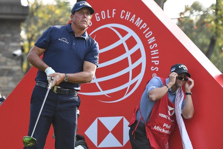 Mickelson thi đấu không tốt tại WGC-HSBC Champions và tụt khỏi top 50. Ảnh: Golf Digest.