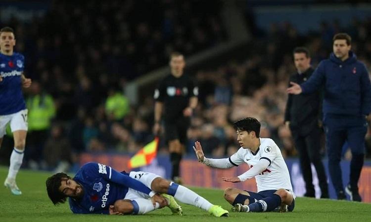 Gomes hét lên đau đớn sau pha va chạm. Ảnh: Reuters.