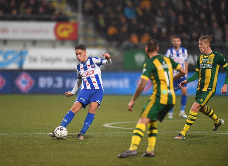 Heerenveen và Den Haag thi đấu trong cơn mưa lớn.