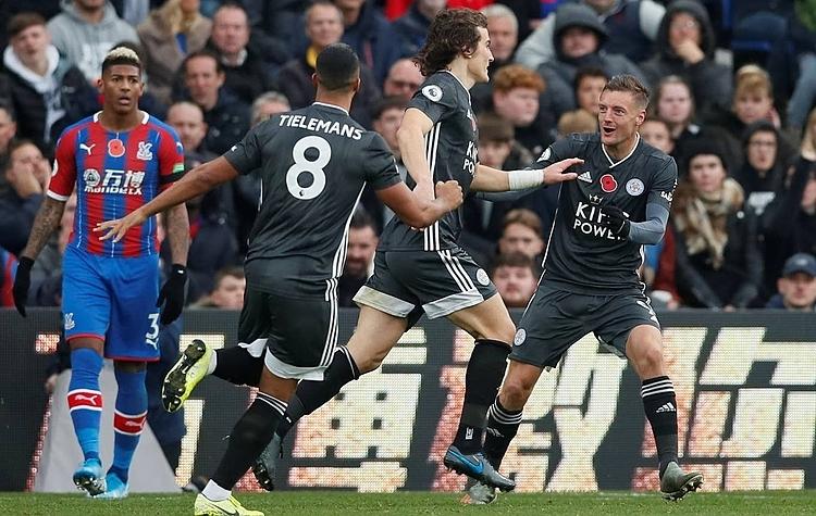 Cầu thủ Leicester mừng bàn mở tỷ số của Soyuncu (thứ hai từ phải sang). Ảnh: Reuters.