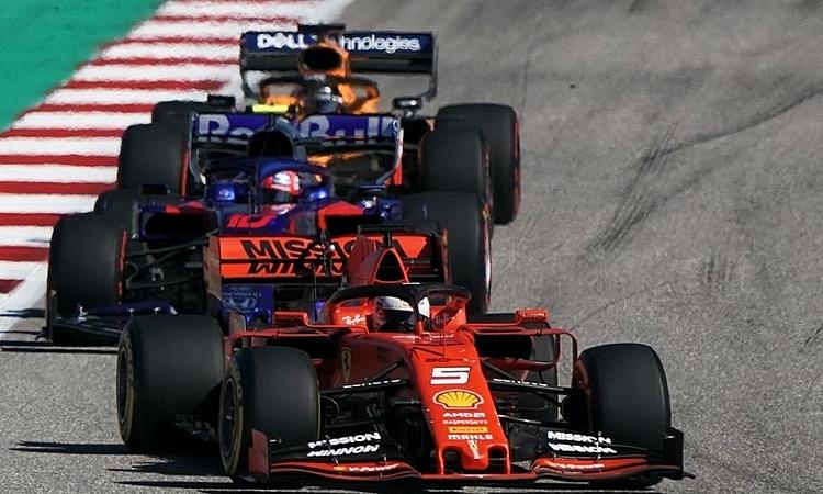 Vettel có ngày thi đấu đáng quên khi là tay đua đầu tiên phải bỏ cuộc. Ảnh: XPB.