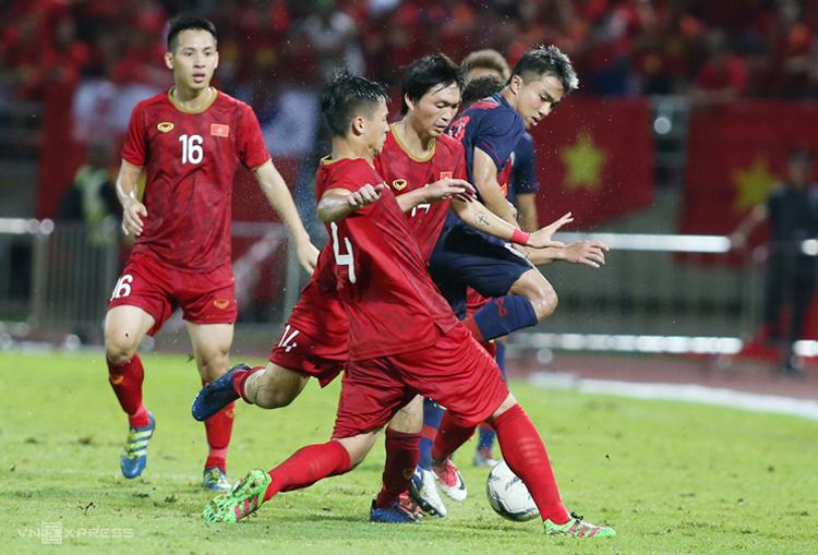Các cầu thủ Việt Nam phong toả Chanathip trong trận hoà 0-0 tại Thammasat ngày 5/9. Ảnh: Lâm Thoả