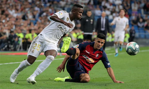 Vinicius (trái) đang trưởng thành trong màu áo Real. Ảnh: Reuters