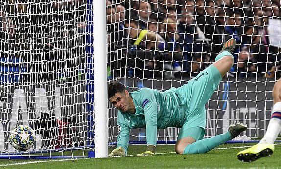 Thủ môn Kepa mắc lỗi trong bàn thua thứ ba của Chelsea. Ảnh: EPA.