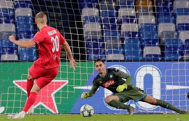 Haaland (trái) sút 11m thành bàn tung lưới Napoli. Ảnh: Reuters.