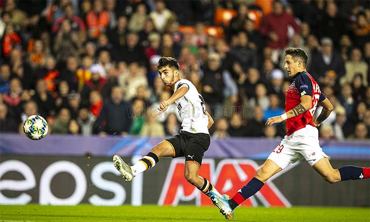 Torres ấn định thắng lợi cho Valencia. Ảnh: Valenciacf.