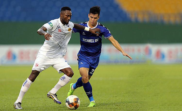 Samson (áo trắng) cập bến Thanh Hoá sau nửa mùa giải được Hà Nội cho Quảng Nam mượn. Ảnh: VPF.