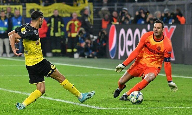 Cú sút của Hakimi mang về ba điểm cho Dortmund. Ảnh: imago.