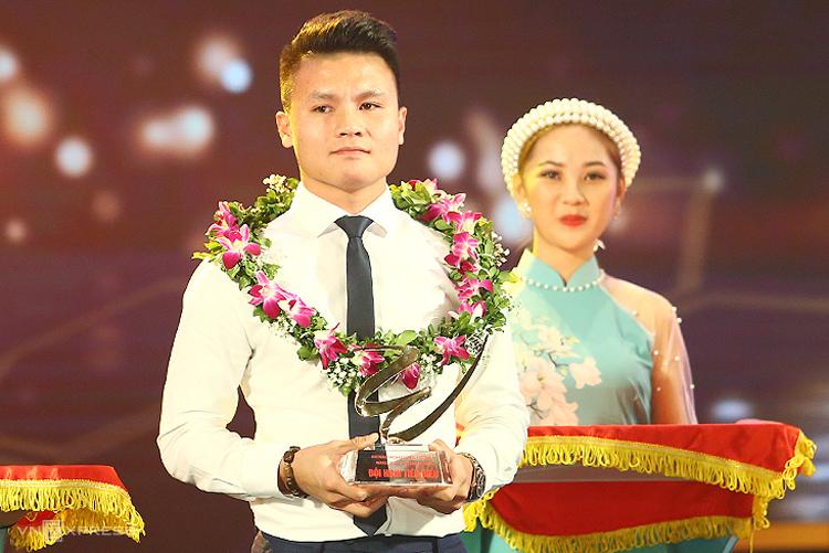 Quang Hải trong lễ vinh danh V-League Awards tại Hà Nội tối 6/11.