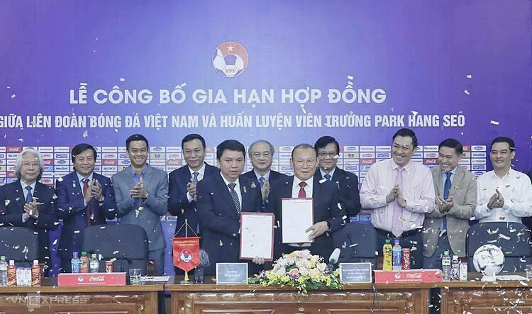 Tổng thư ký Lê Hoài Anh (trái) và HLV Park Hang-seo trong lễ công bố hợp đồng mới hôm nay 7/11. Ảnh: Lâm Thỏa.