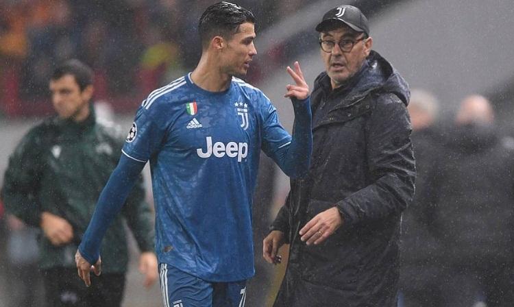 Ronaldo tỏ thái độ không hài lòng khi bị Sarri thay ra. Ảnh: AFP.