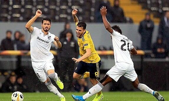 Arsenal gặp khó trong trận thuỷ chiến ở Bồ Đào Nha. Ảnh: EMPICS.