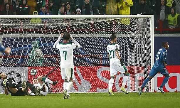 Costa (phải) chạy đi ăn mừng sau khi hạ gục một loạt cầu thủ Lokomotiv. Ảnh: AP.
