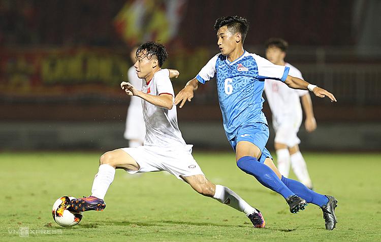 U19 Việt Nam (áo trắng) bỏ lỡ nhiều cơ hội khi tiếp Mông Cổ. Ảnh: Đức Đồng.